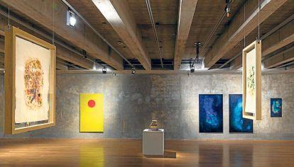 Entrecruzamientos. A la izquierda, plano de la sala que alberga la muestra. Arriba: Deshacer, excavar, partir (óleo sobre tela y papel), de Silvia Gurfein. Abajo: torre y rombos de Carla Bertone.