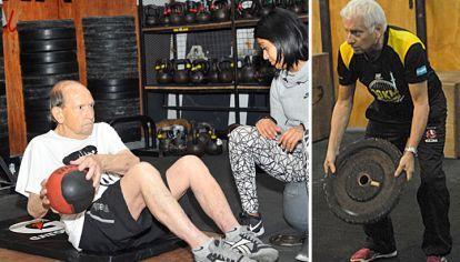 Entrenados. Domingo se ejercita con su coach (izq.) en un gimnasio de Núñez. A los 73, Julio se siente mejor que nunca.