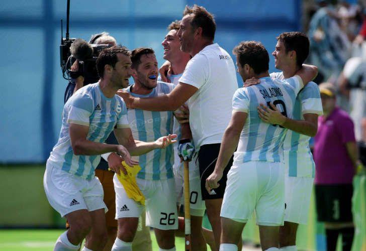 Los Leones se aseguraron una medalla y el Chapa Retegui festeja como un jugador más.