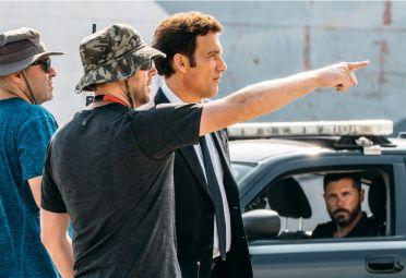 El actor Clive Owen y el director Neil Blomkamp durante el rodaje de The Escape.
