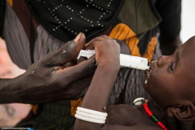 Sudán del Sur: una madre alimenta a su hijo con leche aportada por UNICEF.