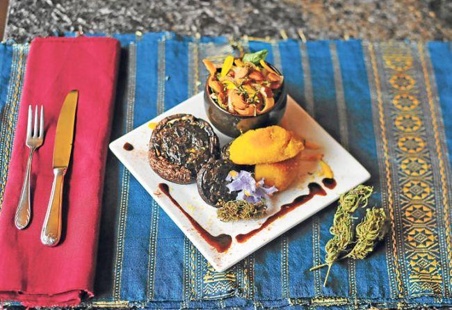 Platos. Hongos portobello rellenos con pesto de cannabis. | Foto: Sergio Piemonte