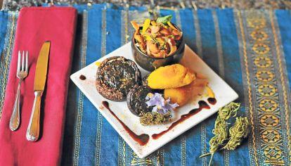Platos. Hongos portobello rellenos con pesto de cannabis (izq.), ancas de rana con manzanas al caramelo cannábico (centro) y chimichurri de marihuana (ab.)