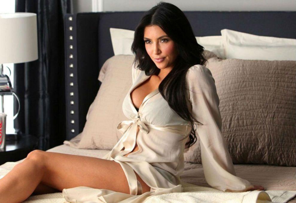 Kim Kardashian se trepó a un árbol… ¡totalmente desnuda!