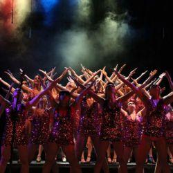 El Show Choir combina baile con canto coral en un repertorio de música popular.