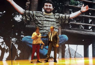 Gladys Cabezas junto a Carlos Lunghi, director de fotografía de Perfil, y el recuerdo de su hermano José Luis.