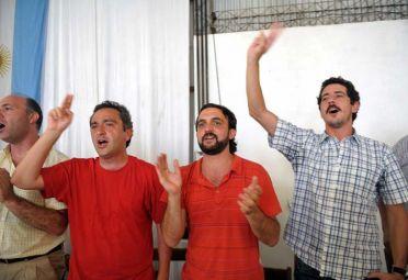 """""""Cuervo"""" Larroque (derecha, con remera roja) y """"Wado"""" De Pedro (con camisa a cuadros) están enfrentados."""