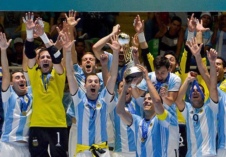 Brazos al cielo. Los jugadores del Seleccionado nacional celebran la obtención de la copa en el Mundial de Colombia. Un equipo que entró en la historia.