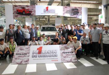 Entre los asistentes estuvieron Daniel Afione, gerente general de Asuntos Corporativos de Toyota, Daniel Herrero, presidente de Toyota, Ricardo Pignanelli, secretario general de SMATA y Gabriela Michetti, vicepresidente de la Nación.