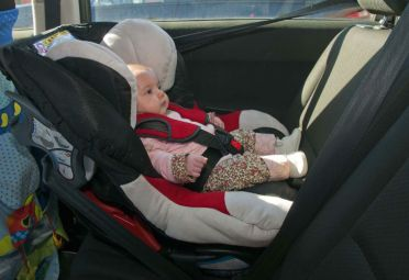 Cuando el niño tiene hasta 15 meses, siempre hay que colocar la sillita con el bebé mirando en sentido contrario a la marcha del vehículo.
