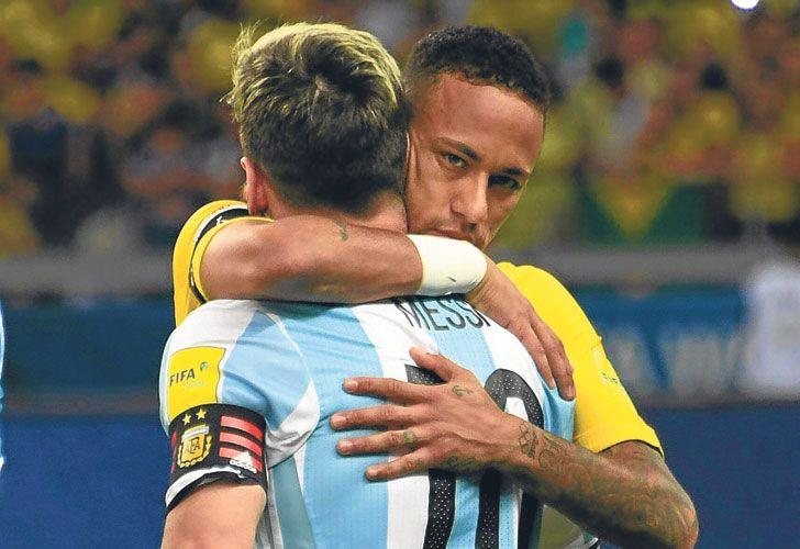 Amigos. Messi abraza a Neymar, su socio en el Barça, antes de que comience el partido del jueves.