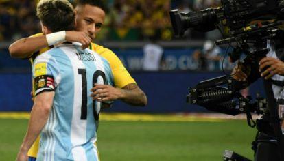 Neymar y Messi se abrazan antes del clásico sudamericano.