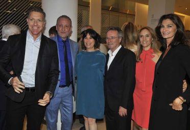 Los periodistas Alejandro Fantino, Edi Zunino y María O'Donnell junto a Oscar Martínez y su esposa, Marina Borensztein, y la modelo Mariana Arias.