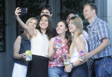 Selfie jugosa. Muchos de los empleados retrataron el momento. Los jugos de naranja y el mix de frutilla y naranja fueron los sabores preferidos. Foto:Juan Ferrari