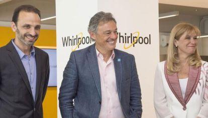 El ministro de Producción Francisco Cabrera junto a la intendente de La Matanza Verónica Magario en una inauguración de Whirlpool.