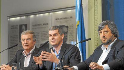 Decreto. El ministro Aguad (Comunicaciones), Marcos Peña y De Godoy (Enacom) elaboran el texto.