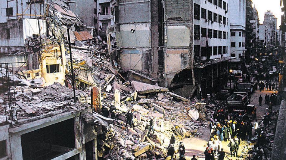 Atentado a la AMIA: ocurrió el 18 de julio de 1994. Saldo de 85 muertos y 300 heridos.