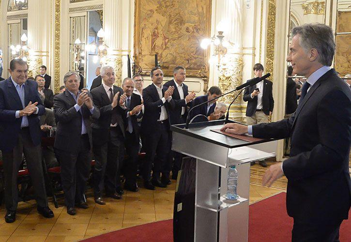 aplausos, si. El gobernador Gutiérrez, Remy (Dow), el sindicalista Pereyra, el ministro Aranguren y Alejandro y Marcos Bulgheroni (PAE), celebran a Macri.