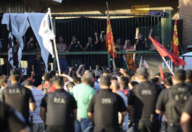 Trabajadores de AGR tomaron la planta gráfica y fueron desalojados por las fuerzas de seguridad.