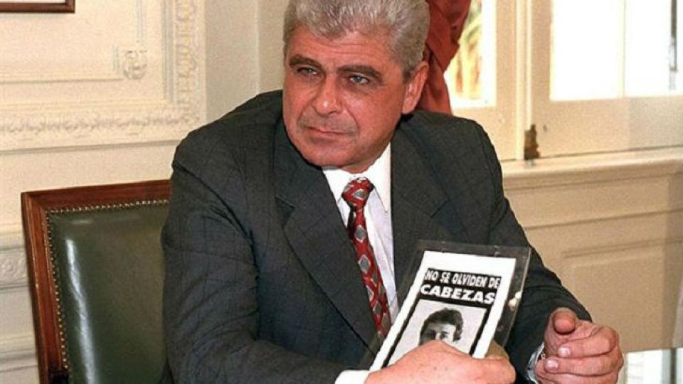 Tiempo después del crimen del reportero gráfico, Yabrán posa con un volante en la Casa Rosada.