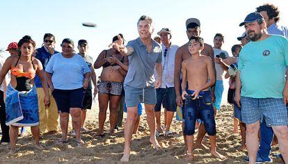 Punteria. A la mañana estuvo con ministros en Olivos; a la tarde jugando al tejo en la playa.