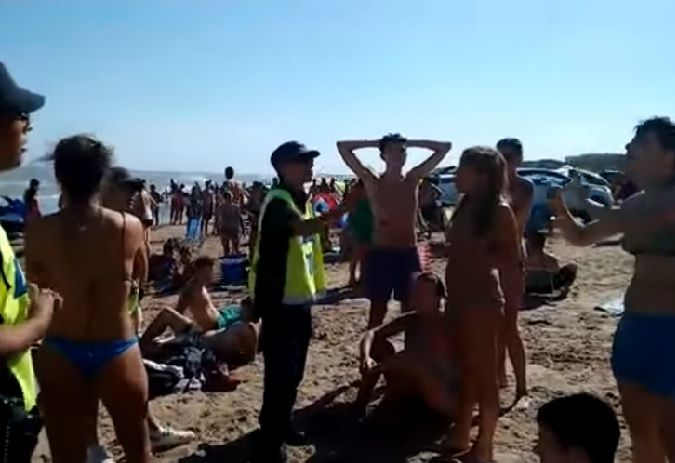 Tres mujeres echadas de la playa por hacer topless