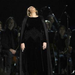 Adele-Grammys 59 (2)