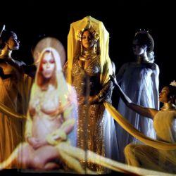 Beyonce-Grammys 59 (2)