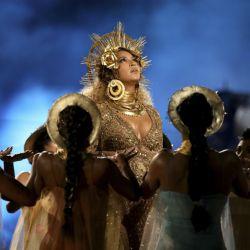Beyonce-Grammys 59 (4)