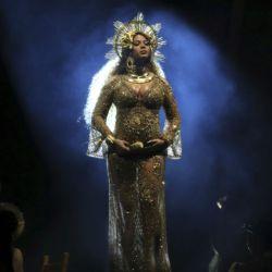 Beyonce-Grammys 59 (5)