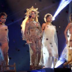 Beyonce-Grammys 59 (6)