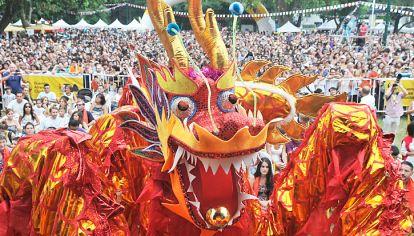 Fuego. No sólo es el elemento del signo que rige el año: también estuvo presente en los colores del dragón y en los puestos para sacarse fotos y de venta de objetos típicos.