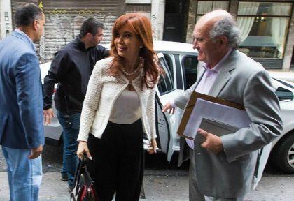 Cristina y Parrilli, en su ingreso al Instituto Patria.