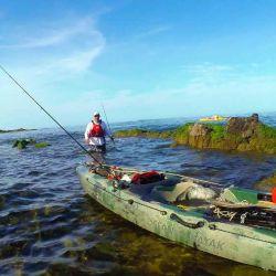 pesca entre las rocas a pie