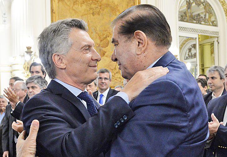 ABRAZO. Macri y Pereyra, tras la firma del 30 de enero.