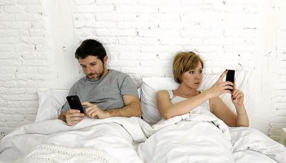 Desconexion. El surgimiento de las redes sociales y otras formas de entretenimiento como Netflix podrían estar reemplazando el tiempo compartido con la pareja.