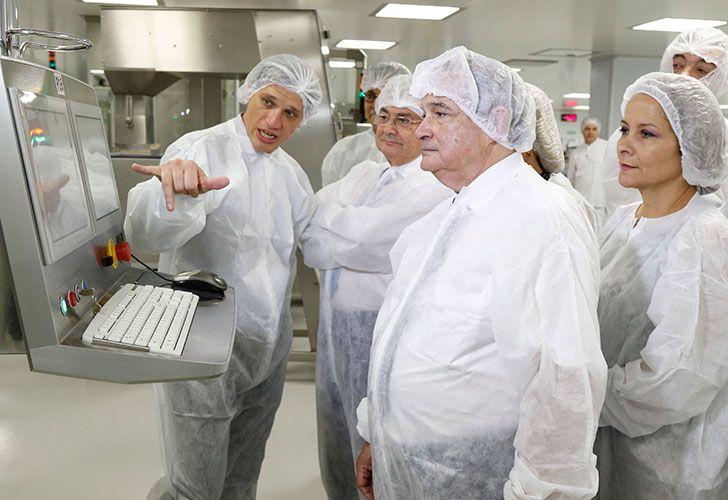 El ministro Lemus visitó el laboratorio productor de la vacuna.