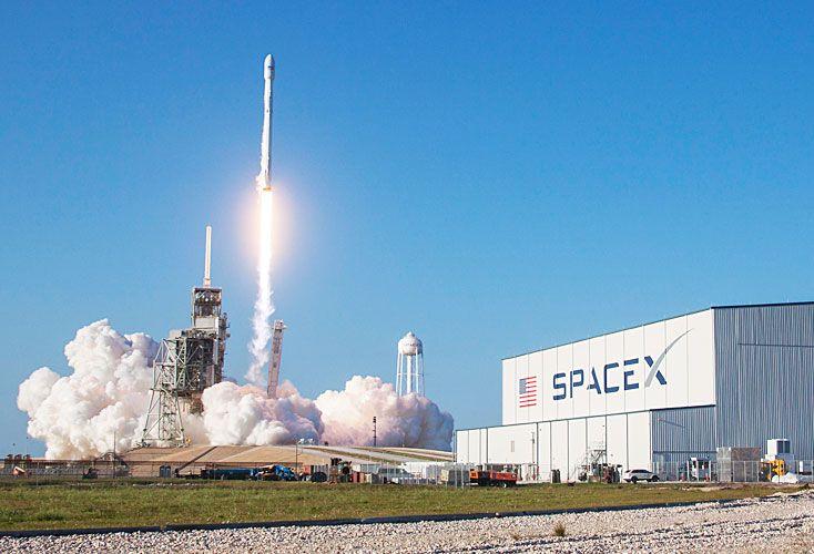 Hito. El despegue del cohete Falcon 9 desde el Centro Espacial Kennedy de la NASA (Florida).