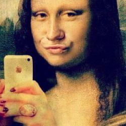 mona-isa-selfie