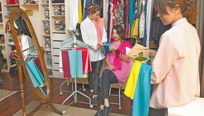 Laboratorio de estilo. Las hermanas Fonrouge hacen estudios de colorimetría para saber qué prendas favorecen a sus clientes.