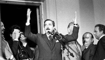 Alfonsin, semana santa de 1987, después de haber defendido la democracia.