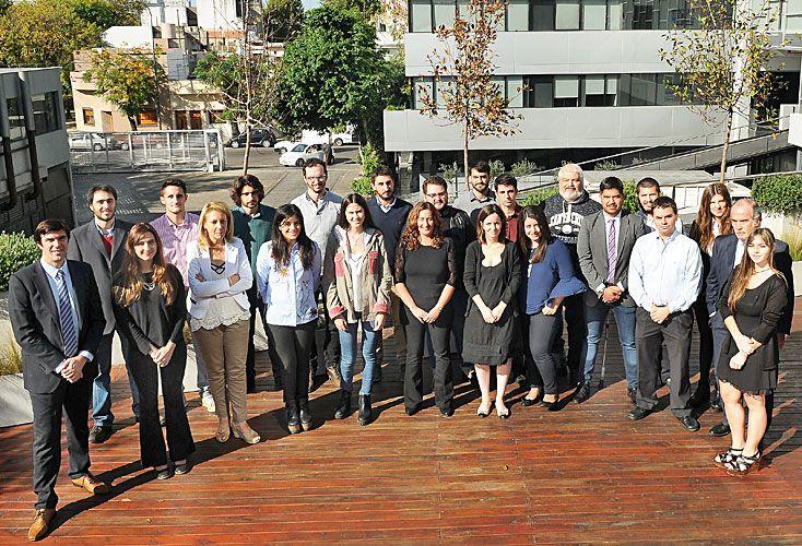 Inicio. Los nuevos estudiantes junto a los directores del Posgrado visitaron las instalaciones de la redacción integrada de Editorial Perfil en el primer día de clases.