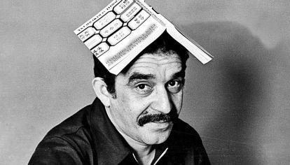 Obra. García Márquez posa con la primera edición de Cien años de soledad. La carta que le envió a Francisco Porrúa, quien la editó en el país.