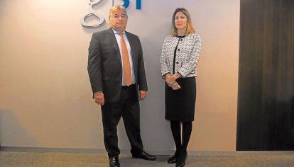 Fichaje. Peralta, accionista del holding, posa con Costantini.