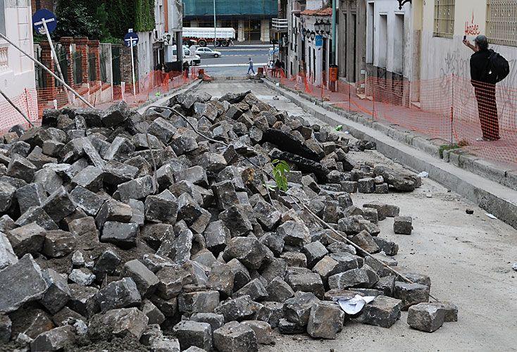 El gobierno analiza quitar los adoquines de las calles de la Ciudad