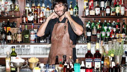 Detras de la barra. Sebastián Atienza, del bar Nápoles. Hay cada vez más chicas en la coctelería.
