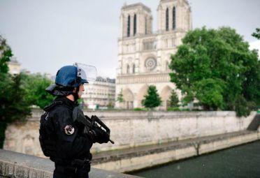 Un policía custodia las inmediaciones de la catedral de Notre Dame.