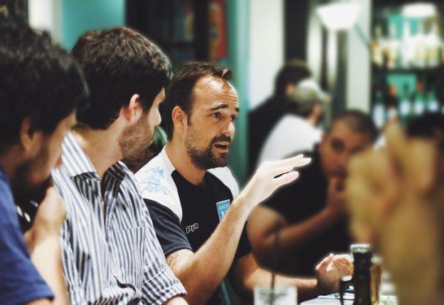 Eurnekian con socios de Racing. Dejo los negocios de lado para aplicar su gestión empresarial al club.