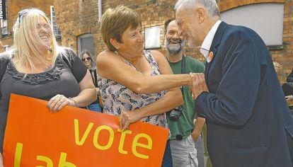 En disputa. May y Corbyn, en plena campaña.