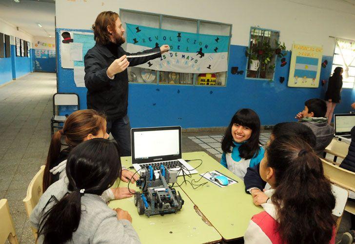 Roboticar le acerca la tecnología a los chicos para mejorar su aprendizaje.